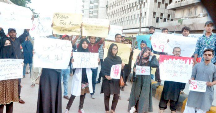 ہمددریونیورسٹی کے طلبہ ڈکیتی مزاحمت پرہلاک طالبہ مصباح کے قاتلوںکی گرفتاری کے لیے مظاہر ہ کررہے ہیں (فوٹو:محمداحمد)