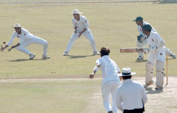 راولپنڈی: پاکستان اوربنگلادیش انڈر16کے درمیان کھیلے گئے سہ روزہ میچ کے پہلے روزپاکستانی فیلڈر کیچ پکڑتے ہوئے