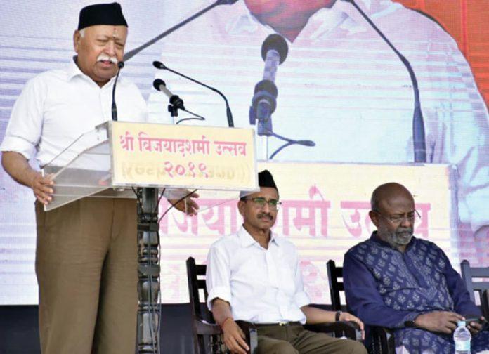 نئی دہلی: بھارتی دہشت گرد تنظیم آر ایس ایس کے سربراہ موہن بھاگوت تقریب سے خطاب کررہے ہیں