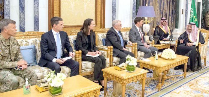 ریاض: امریکی وزیر دفاع مارک ایسپر اپنے وفد کے ساتھ سعودی فرماں روا شاہ سلمان بن عبدالعزیز السعود سے ملاقات کررہے ہیں