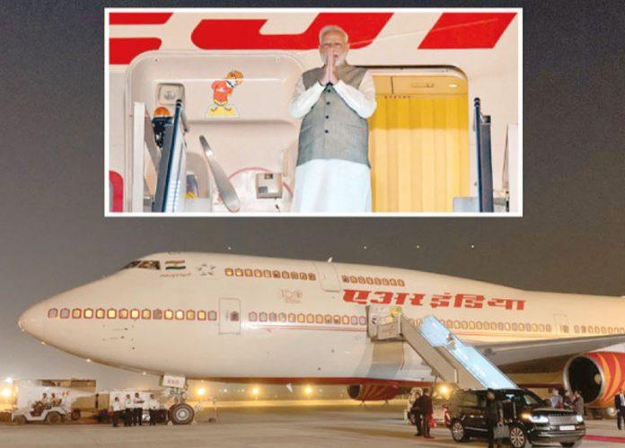 ریاض: بھارتی وزیر اعظم سعودی دارالحکومت پہنچنے پر طیارے سے باہر آ رہے ہیں