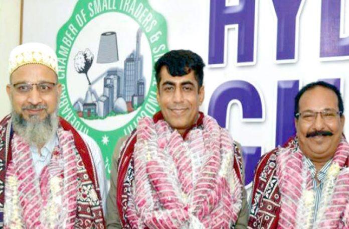 حیدرآباد چیمبر اسمال ٹریڈرز کے نومنتخب صدر دولت رام لوہانہ، سینئر نائب صدر معیز عباس اور نائب صدر محمد یٰسین خلجی کاگروپ فوٹو
