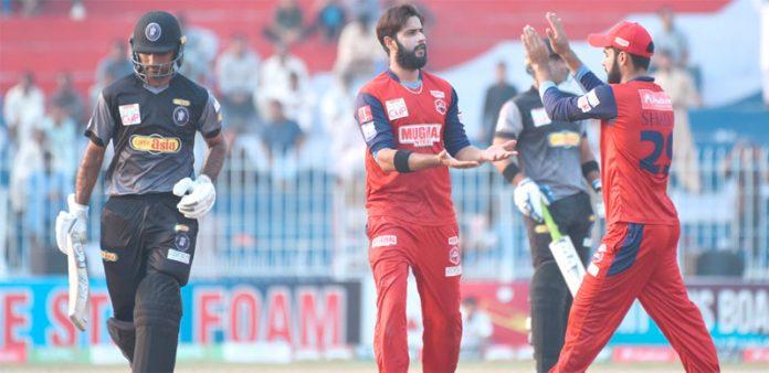 فیصل آباد: قومی ٹی ٹوئنٹی کپ کے سیمی فائنل میں خیبر پختونخوا اورناردرن کے درمیان کھیلے گئے میچ میں شاداب خان وکٹ لینے کے بعد ساتھی کھلاڑیوں سے داد وصول کرتے ہوئے
