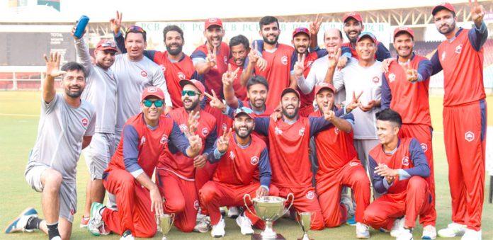 کراچی : قومی ٹی ٹوئنٹی کپ سیکنڈ الیون کی فاتح ٹیم ناردرن کا ٹرافی کے ساتھ گروپ فوٹو