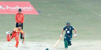 فیصل آباد: قومی ٹی ٹوئنٹی کپ کے سلسلے میں بلوچستان اور سندھ کے درمیان کھیلے گئے میچ میں بلے باز گیند جاتے ہوئے دیکھ رہا ہے