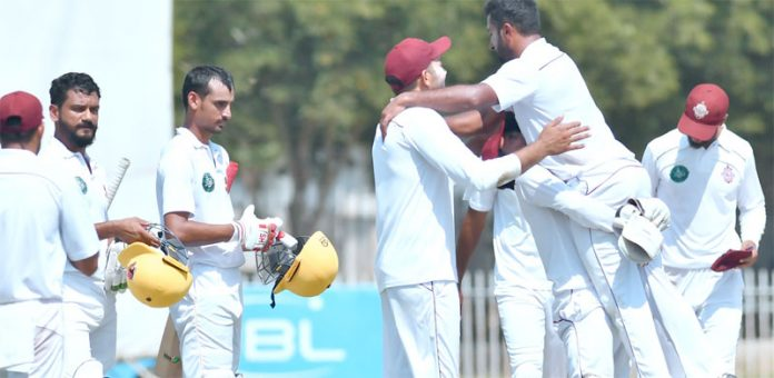 ایبٹ آباد : قائداعظم ٹرافی کے چوتھے مرحلے کے آخری روز سدرن پنجاب کے عامریامین اوربلاول بھٹی فتح کے بعد خوشی کا اظہار کرتے ہوئے