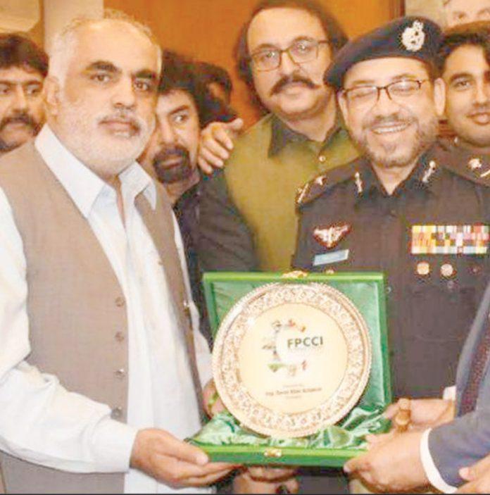 صدرFPCCI انجینئر دارو خان اچکزئی آئی جی سند ھ پولیس ڈاکٹر سید کلیم امام کو شیلڈ پیش کر رہے ہیں