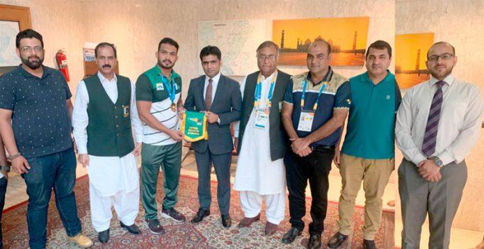 دوحا: قطر میں تعینات قائم مقام سفیر مسعود گل کا ریسلر انعام بٹ کے اعزاز میں استقبالیہ کے موقع پر شرکا کے ساتھ گروپ فوٹو