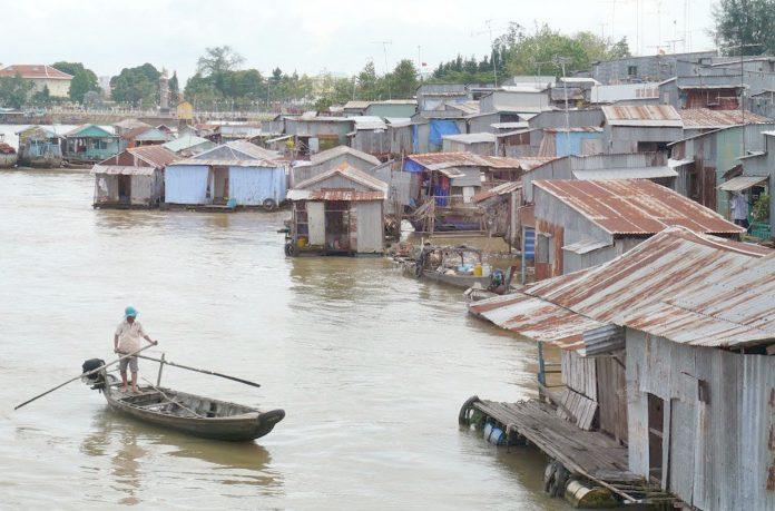 ویتنام: شدید بارش کے باعث آبادی زیر آب آگئی ہے' شہری سیلاب میں کشتی چلا رہا ہے