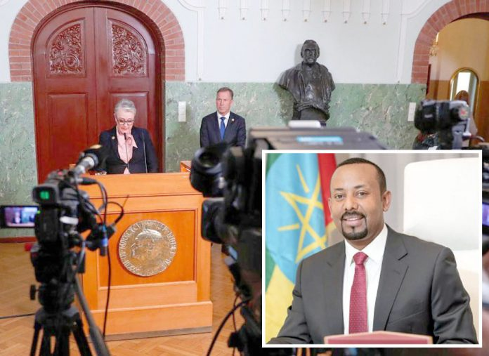 اسٹاک ہوم: نوبیل کمیٹی کی سربراہ امن انعام کا اعلان کررہی ہیں' چھوٹی تصویر ایتھوپیائی وزیراعظم کی ہے