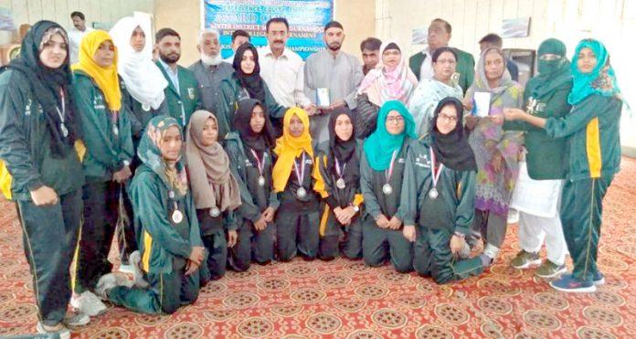 تعلیمی بورڈ حیدرآبادمیں اسپورٹس ورکنگ کمیٹی کے تحت سالانہ تقریب تقسیم انعامات میں نیٹ بال کی فاتح ٹیم کامہمان خصوصی کے ساتھ گروپ فوٹو