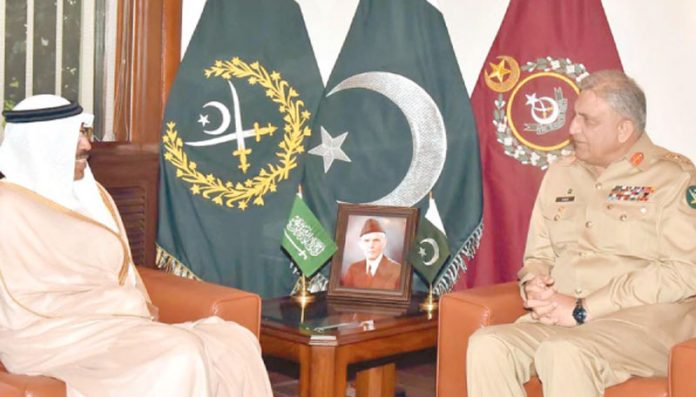 راولپنڈی: آرمی چیف قمر جاوید باجوہ سے سعوی نائب وزیر دفاع محمد بن عبداللہ ال عیش ملاقات کررہے ہیں