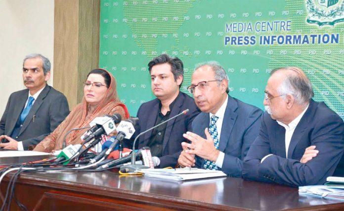 اسلام آباد، مشیر خزانہ عبدالحفیظ شیخ چیئرمین ایف بی آر شبر زیدی و دیگر کے ساتھ مشترکہ پریس کانفرنس کررہے ہیں