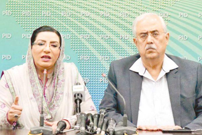 اسلام آباد: اٹارنی جنرل انور منصور اور فردوس عاشق اعوان میڈیا سے گفتگو کررہے ہیں