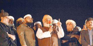 اسلام آباد: جے یو آئی کے سربراہ مولانا فضل الرحمن دھرنے کے شرکا سے خطاب کررہے ہیں