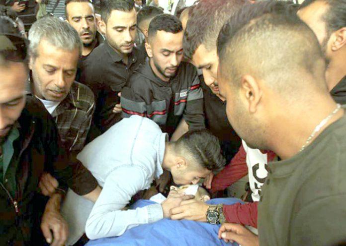الخلیل: اسرائیلی فوج کی فائرنگ سے شہید ہونے والے نوجوان کو اہل خانہ الوداع کہہ رہے ہیں
