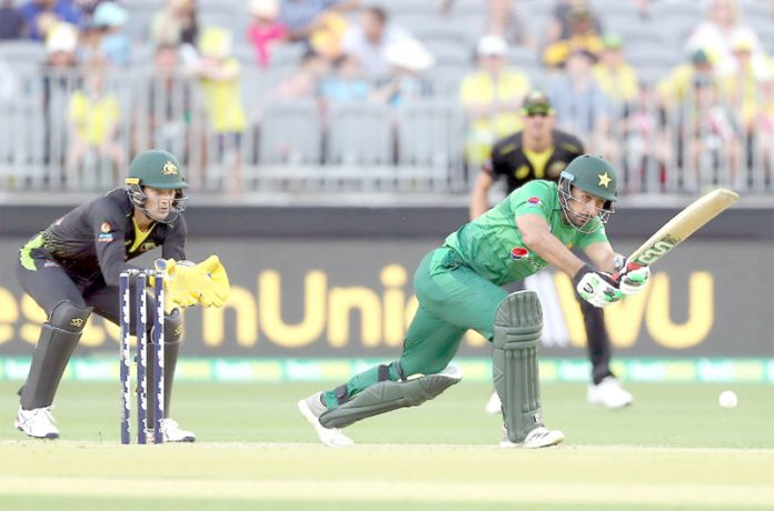 پرتھ: پاکستانی بلے باز خوشدل شاہ آسٹریلیا کے خلاف تیسرے اورآخری ٹی ٹوئنٹی میچ میں شاٹ کھیلتے ہوئے